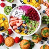 Et bord med en masse sund mad