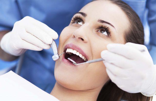 En kvinde er hos tandlægen