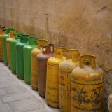 Flere forskellige gasflasker står ved siden af hinanden