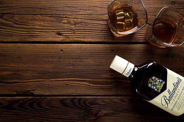 Whiskyflaske med to glas