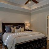 Soveværelse med stor seng